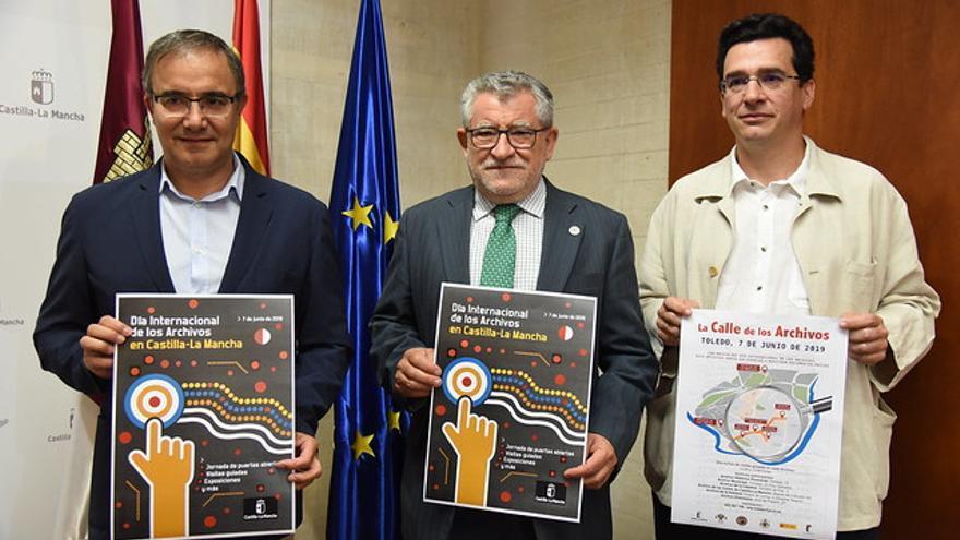 De izquierda a derecha, el viceconsejero de Cultura, Jesús Carrascosa; el consejero Ángel Felpeto y el director del Archivo de Toledo, Carlos Flores