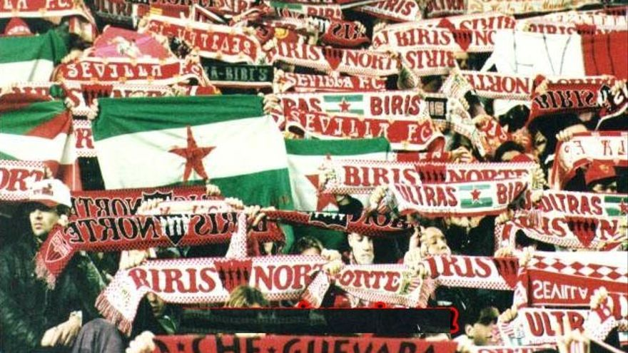 Bandera nacionalista andaluza en las gradas del estadio del Sevilla F. C.