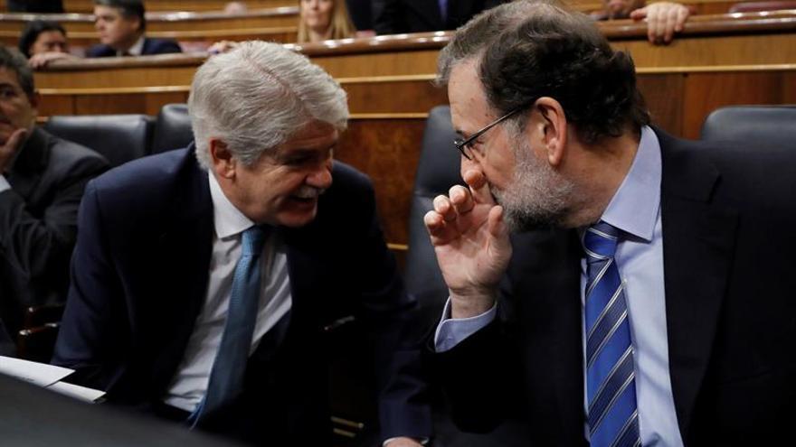 El presidente del Gobierno, Mariano Rajoy (d), conversa con el ministro de Asuntos Exteriores, Alfonso Dastis (i)