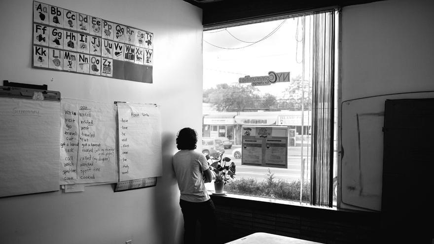 """Carlos (nombre ficticio) es un joven refugiado centroamericano. Aunque ya ha cumplido los 18 años, él fue otro joven que llegó durante la """"crisis de los menores refugiados centroamericanos"""" que inició en 2014 y saltó a las portadas de los periódicos norteamericanos. Carlos tuvo que huir de su hogar en el departamento de Cuscatlán, El Salvador, por culpa de las pandillas. """"Lo peor es que yo estaba en un lugar donde a un lado estaba la MS y al otro lado Barrio 18, la pandilla rival. De vez en cuando me paraban para pedirme que me uniera, que sino me iba a pasar tal cosa, y yo les decía que no""""."""