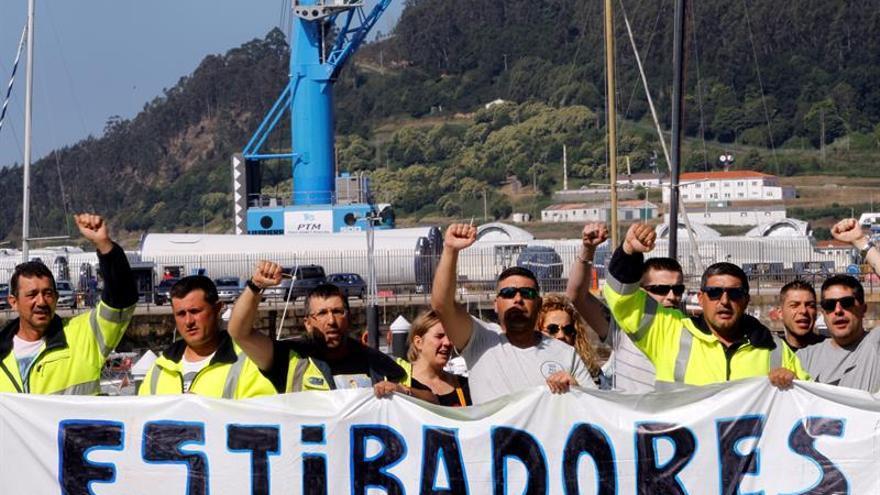 Los sindicatos denuncian una operativa de chatarra sin estibadores en Ferrol