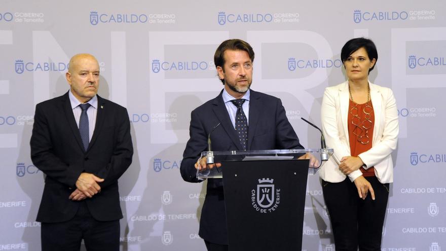 Miguel Concepción junto a Carlos Alonso y la consejera de Deportes del Cabildo de Tenerife, Cristo Pérez, en una rueda de prensa celebrada en el Palacio Insular
