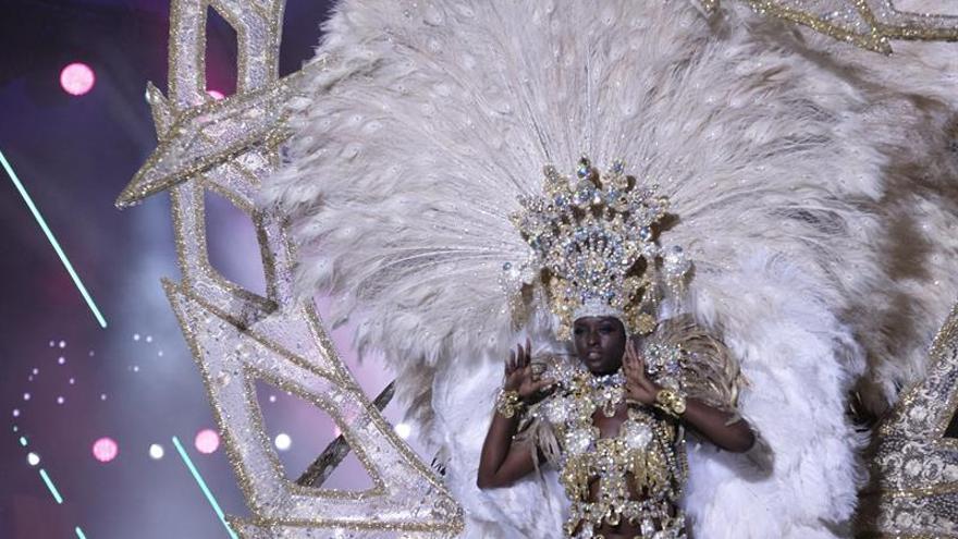 Erika Echuaca Sebe, con la fantasía 'Volar sin alas', Reina del carnaval de Las Palmas de Gran Canaria.  EFE/Angel Medina G.