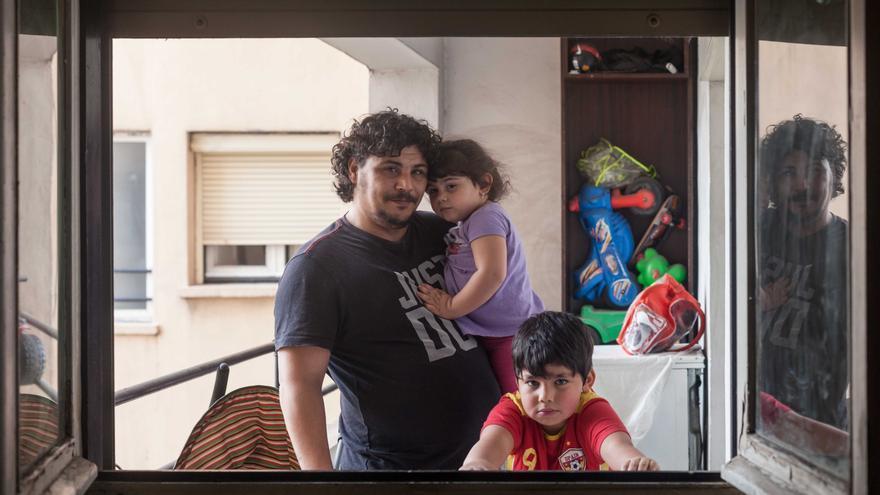 Francisco vive con su pareja y dos niños en en el barrio de Santa Isabel de Zaragoza. Foto: Juan Manzanara.