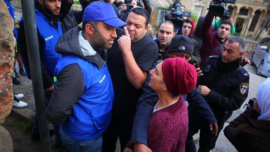 Varios colonos israelíes se enfrentan al activista Issa Amro mientras ejerce como observador tras la expulsión de la misión internacional.