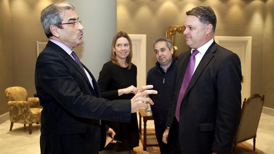 El diputado del Grupo Mixto Román Rodríguez (i) conversa con algunos de los candidatos al consejo rector de la Radio Televisión Canaria, Santiago Negrín (d), Juan Santana (2d), y María José Bravo de Laguna. (Efe/Ramón de la Rocha).