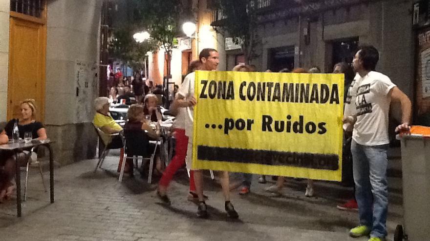Un grupo de vecinos protestando por los ruidos generados por los locales durante las noches