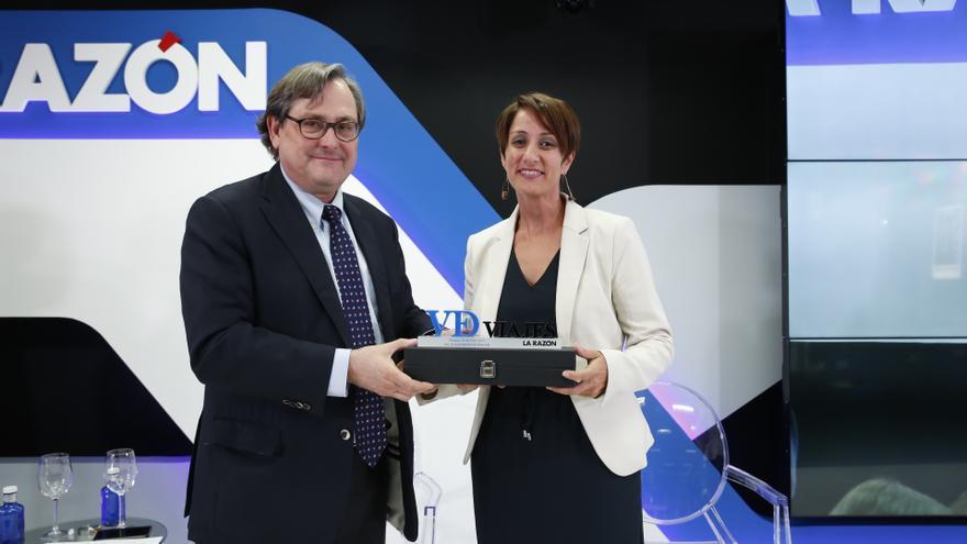 El director del diario 'La Razón', Francisco Marhuenda, entregando el 'Premio al mejor municipio turístico de Canarias' a la alcaldesa de Mogán, Onalia Bueno