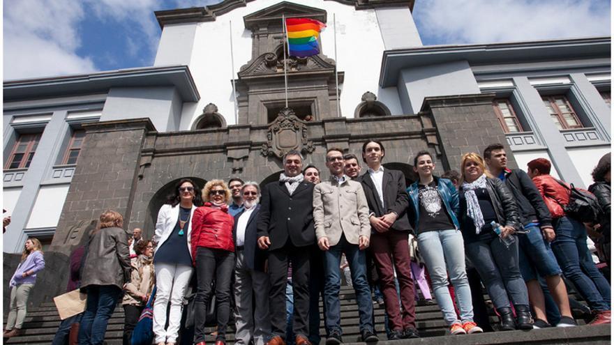 La bandera arco iris en la fachada de la Universidad de La Laguna / Emeterio Suárez