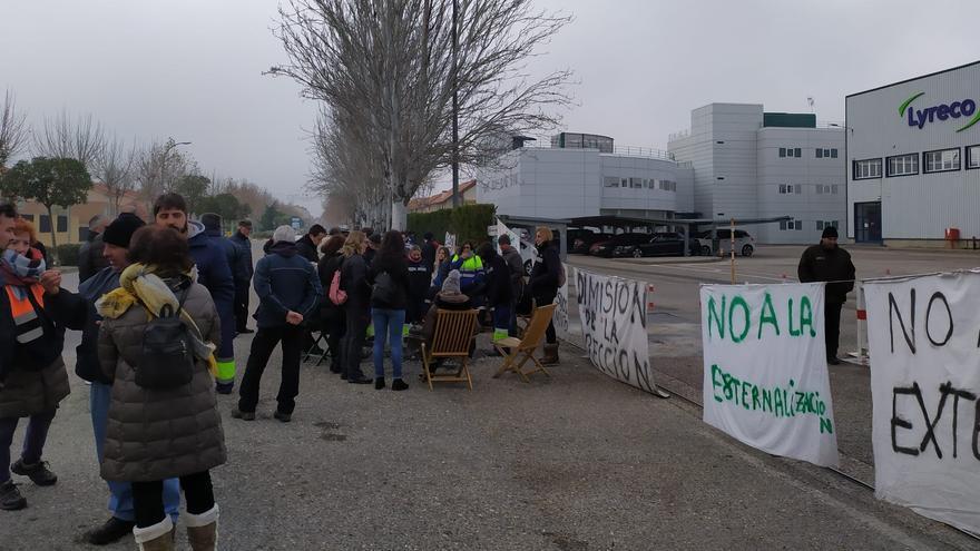 Los trabajadores de Lyreco, este domingo, a las puertas de la empresa en Alovera (Guadalajara)