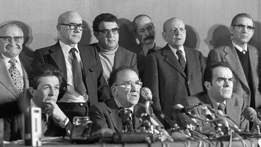 """CUMBRE EUROCOMUNISTA DE MADRID: Madrid, 3-3-1977.- Los secretarios generales de los partidos comunistas de Italia, España y Francia han celebrado la """"Cumbre Eurocomunista de Madrid"""". En la imagen, Santiago Carrillo (c) pronuncia su discurso, acompañado de Enrico Berlinguer, líder del Partido Comunista Italiano (i) y su homólogo francés, Georges Marchais (d). Detrás, Santiago Alvarez (1i), Ramón Ormazabal (2i) y Víctor Díaz Cardiel (3i)."""