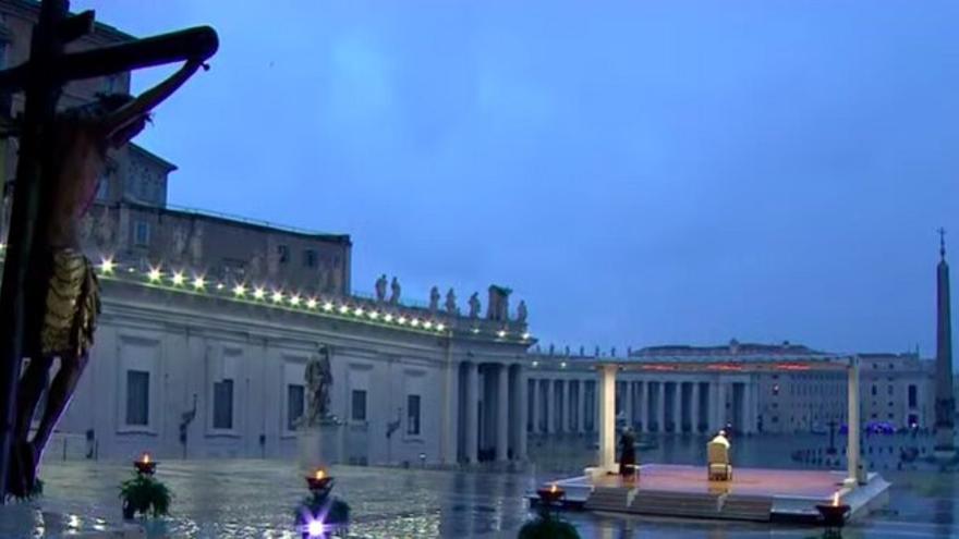 El Papa Francisco ante una plaza de San Pedro totalmente vacía