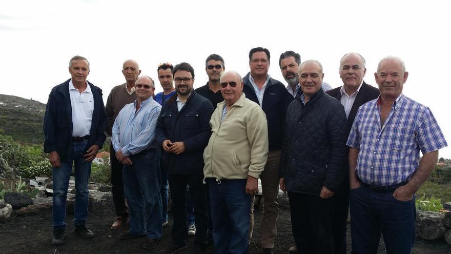 En la imagen, el presidente insular de PP y otros cargos públicos del Partido Popular con los representantes de la representantes de la Comunidad de Riego Tenisca.