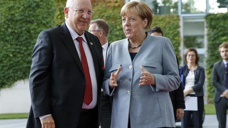 Merkel garantiza que seguirá su campaña frente a los abucheos y pitidos