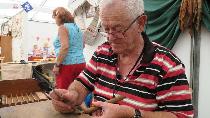 En la Feria están presente más de cien artesanos.