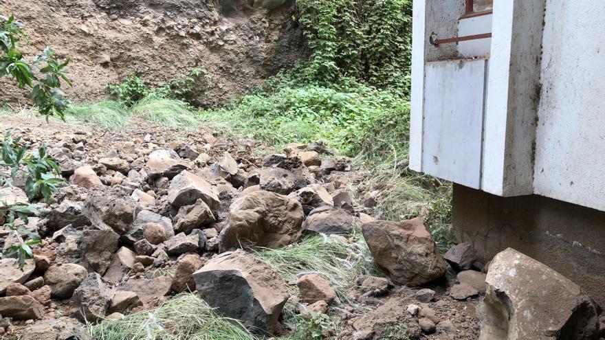Ciudadanos pide una solución a los desprendimientos que se producen en la ladera cercana a las viviendas de Benahoare. Foto cedida por Cs.