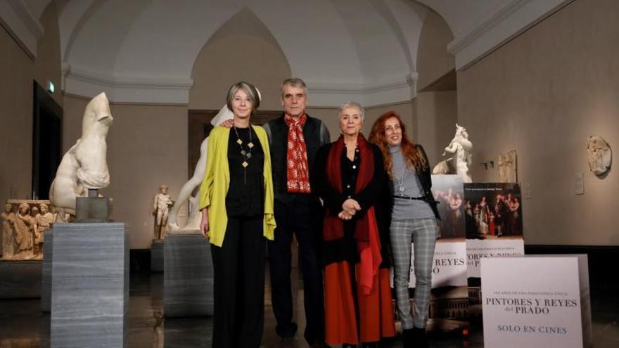 """El actor británico Jeremy Irons (2i) durante la presentación del documental """"Pintores y reyes del Prado"""" en el Museo del Prado en Madrid este miércoles y acompañado por la guionista Sabina Fedeli (2d), dirigido por Valeria Parisi (i)."""