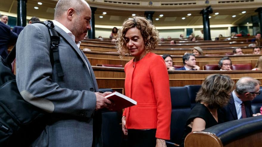 El diputado de ERC Jordi Salvador regala a la ministra el libro de Jordi Borràs.