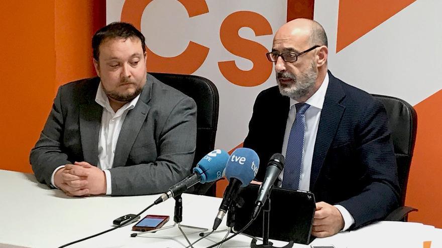 Los diputados Rubén Gómez y Félix Álvarez en rueda de prensa.