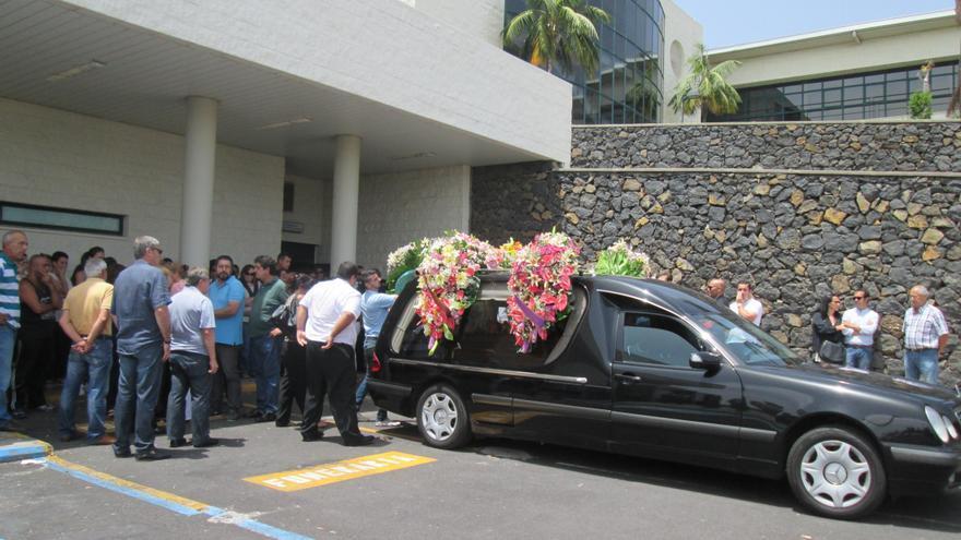 El coche fúnebre con los restos mortales de la joven Laura González. Foto: LUZ RODRÍGUEZ