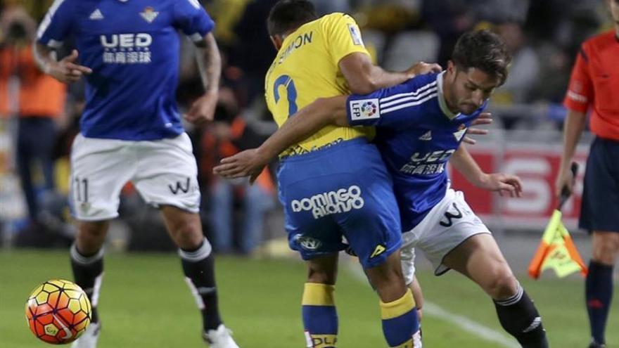 David Simón lucha el balón con Álvaro Cejudo