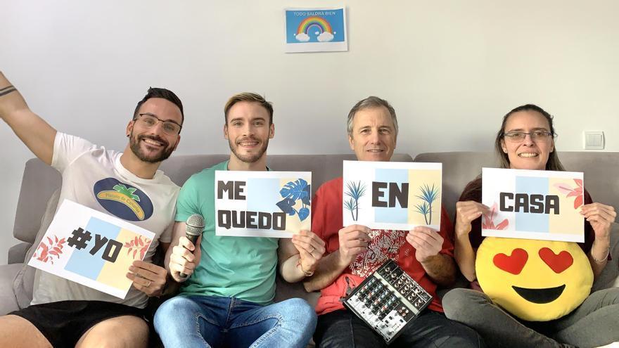 David (i), Gonzalo, Guillermo y  Maria José antes de comenzar con sus aplausos animados de las 20:00 horas.