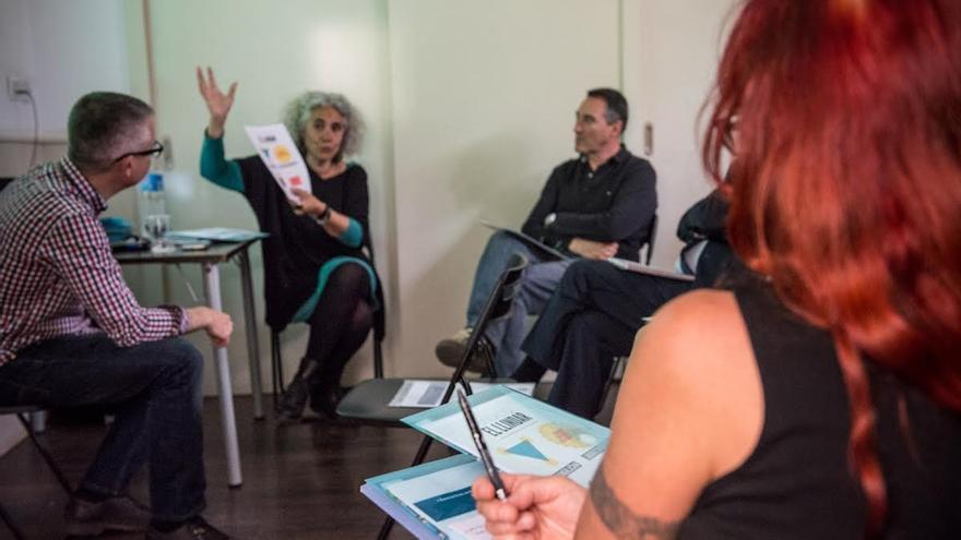 Begonya Gasch, al fondo, explica el modelo de su centro / © Sandra Lázaro