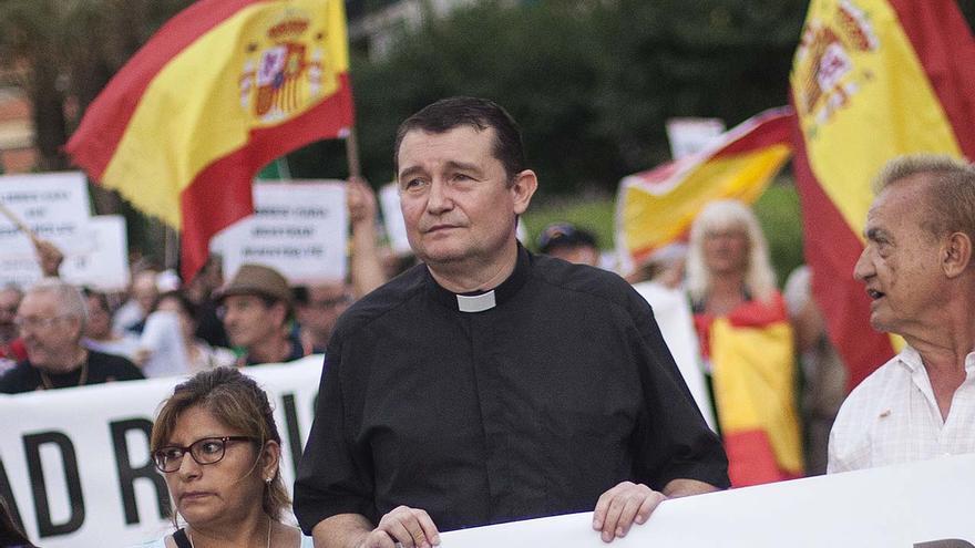 Custodio Ballester, rector de la parròquia de la Immaculada Concepción de l'Hospitalet de Llobregat, en una manifestació a la ciutat el 2 de juliol de 2015