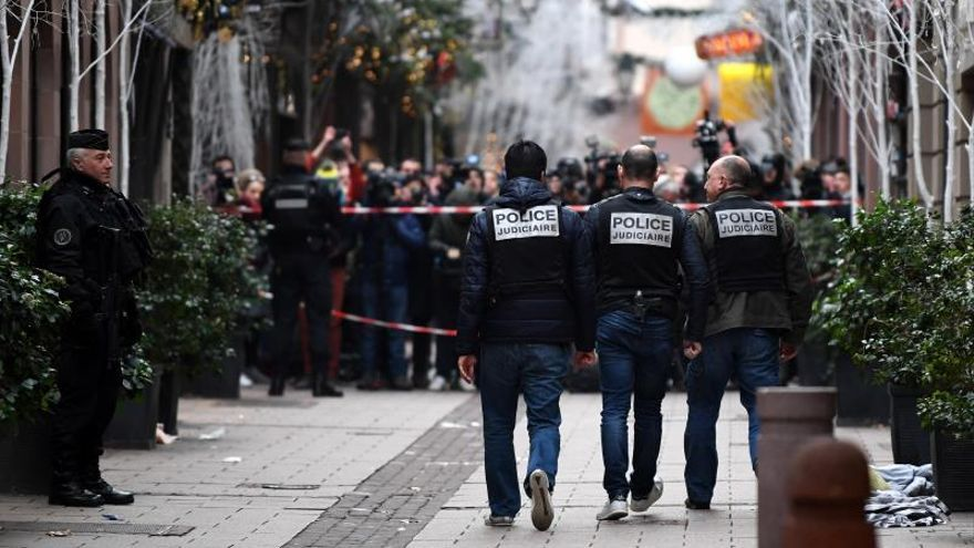 Efectivos de la policía judicial francesa registrando la zona del ataque en el centro de Estrasburgo.