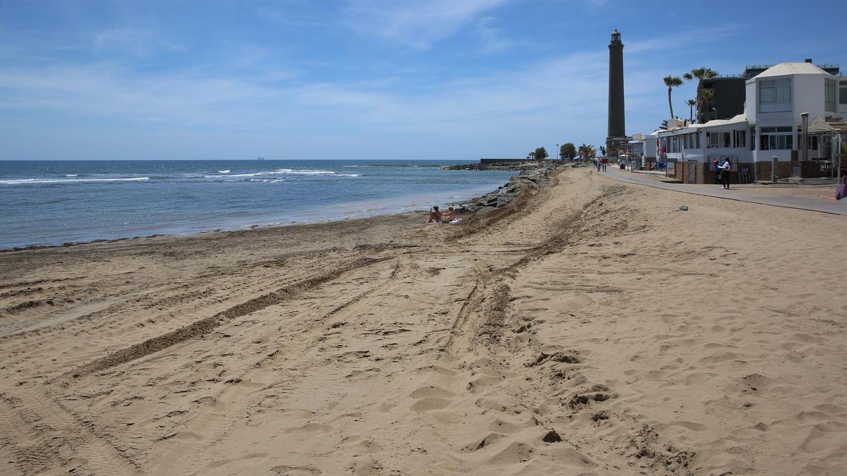 Al fondo, la escollera de la playa de Maspalomas vista desde el arenal y ubicada en una zona de dominio público marítimo-terrestre.