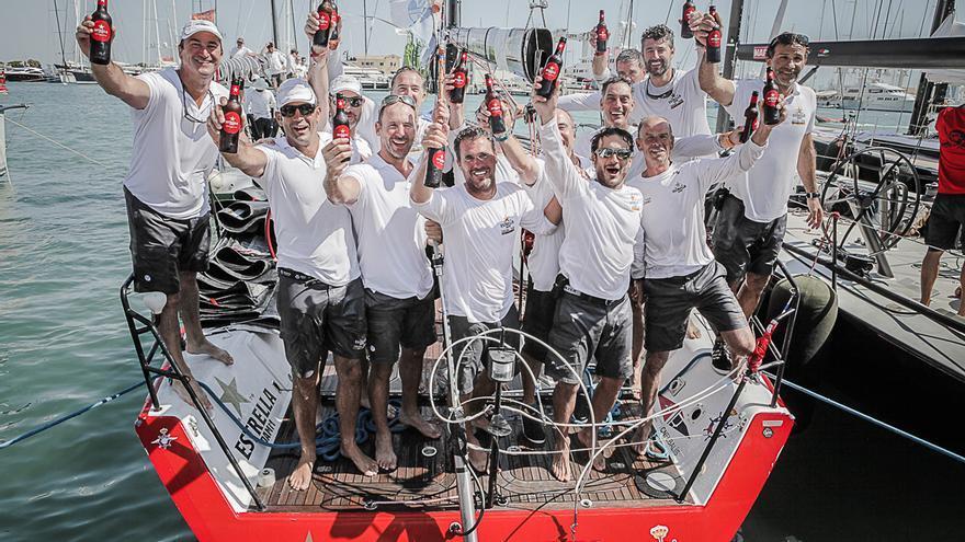 Los integrantes del Estrella Damm Sailing Team, celebrando la victoria.