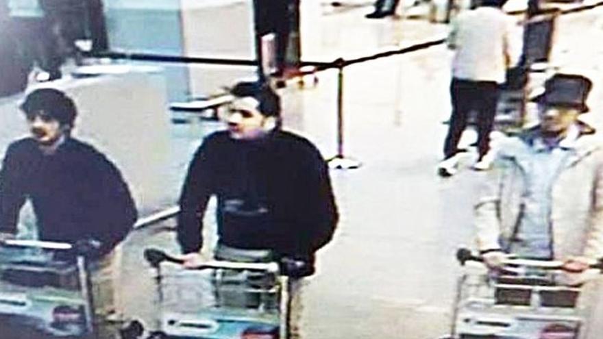 Los presuntos autores, captados por una cámara de seguridad del aeropuerto