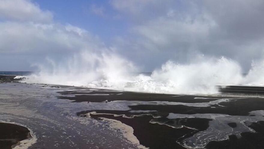 Espectacular imagen de las olas 'saltando' por encima del dique norte de la playa de capital en la mañana de este miércoles.