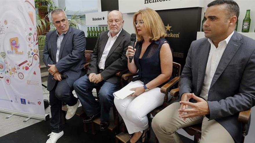 El viceconsejero de Cultura del Gobierno de Canarias, Aurelio González (2i), y la concejala de Presidencia del Ayuntamiento de Las Palmas de Gran Canaria, Encarna Galván (2d), en la presentación del Cince+Food