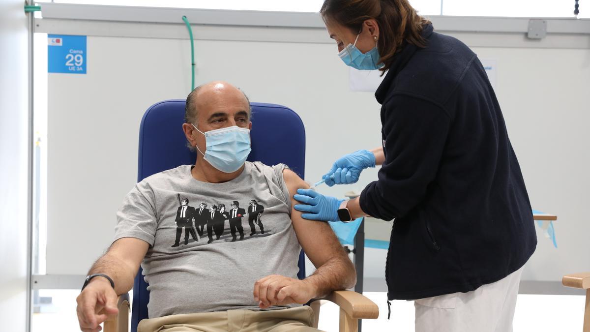 El viceconsejero de Salud Pública y Plan COVID-19 de la Comunidad de Madrid, Antonio Zapatero, recibiendo la primera dosis de AstraZeneca.