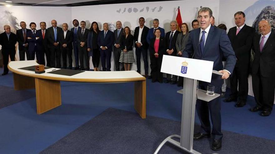 El presidente del Gobierno de Canarias, Fernando Clavijo, tras la firma de convenios de asignación de los recursos del Fondo de Desarrollo de Canarias hoy en Las Palmas de Gran Canaria. EFE/Elvira Urquijo A.