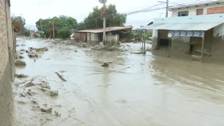 A flood with mud forces families to evacuate in central Bolivia