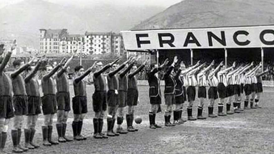 Homenaje a Franco en un partido de fútbol.