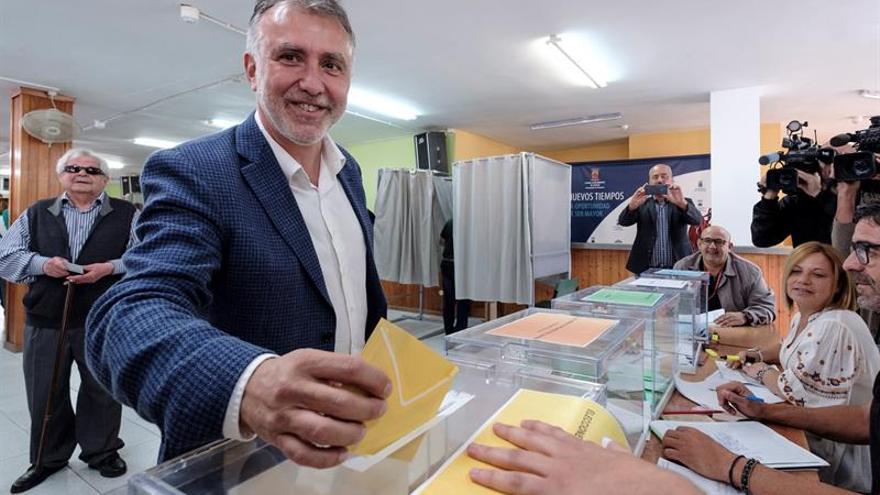 El candidato a la Presidencia del Gobierno de Canarias por el PSOE, Ángel Víctor Torres, vota en Gran Canaria este 26M.