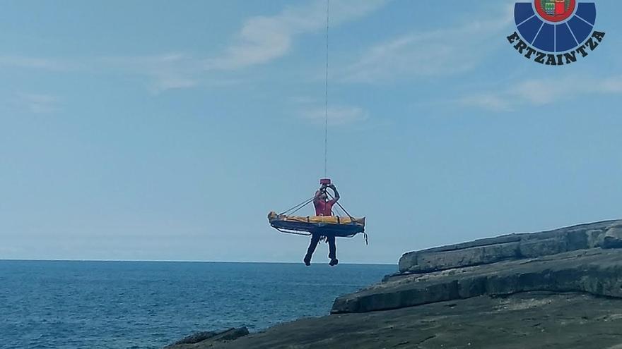 Rescatado en helicóptero un joven de 16 años tras resultar herido en un acantilado de Bakio (Bizkaia)
