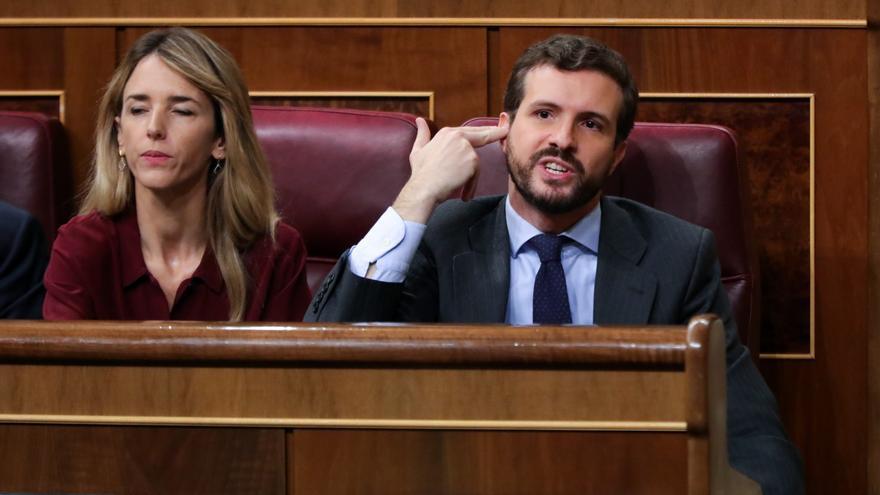 El presidente del PP, Pablo Casado, le hace un gesto a la bancada socialista, durante la intervención de la portavoz de EH Bildu en el Congreso de los Diputados, Mertxe Aizpurua en la segunda sesión del debate de investidura del candidato socialista a la Presidencia de Gobierno en la XIV Legislatura en Madrid (España), a 5 de enero de 2020.