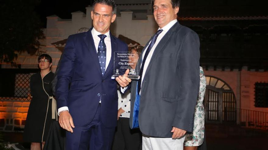 Javier Doreste entrega el galardón a City Exprés. (ALEJANDRO RAMOS)
