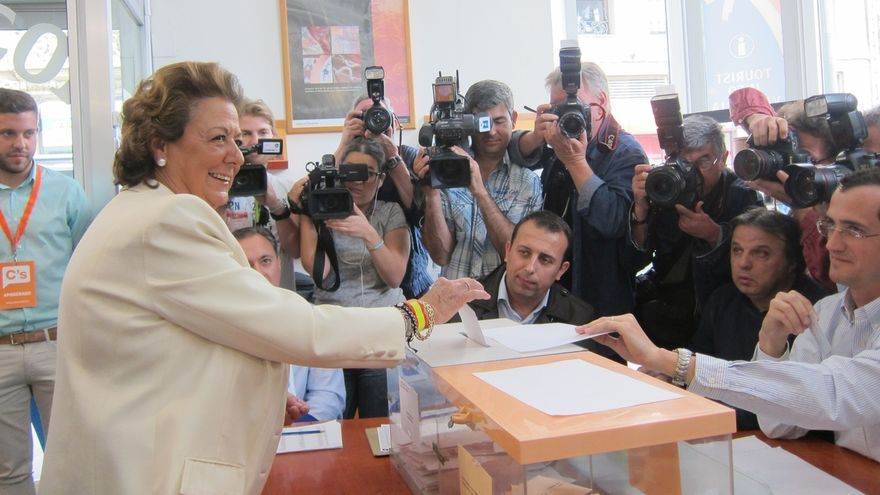 """Barberá se dice a sí misma """"suerte chica"""" cuando depositaba el voto para el Ayuntamiento"""