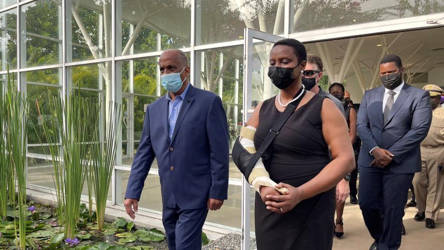 La viuda del presidente haitiano recibe condolencias de políticos en una ceremonia