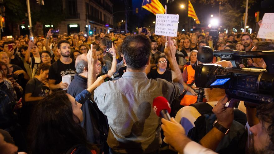 La Policía Nacional en Barcelona sale de Urquinaona-Laietana y provoca el júbilo de los concentrados