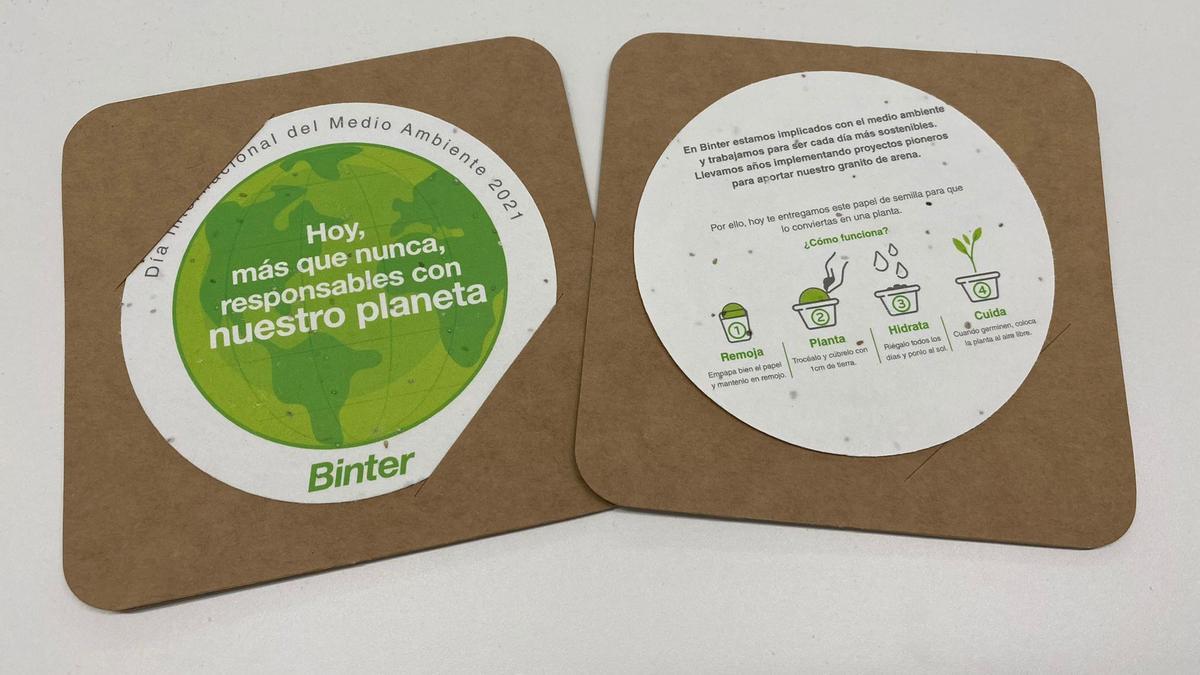 Regalo especial  de Binter por el 'Día Internacional del Medio Ambiente` elaborado con papel biodegradable mezclado con semillas de fácil germinación para que puedan plantarlo.