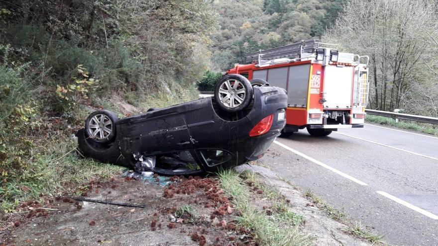 Tres heridos en las carreteras cántabras en una jornada con varias salidas de vías, choques y vehículos volcados