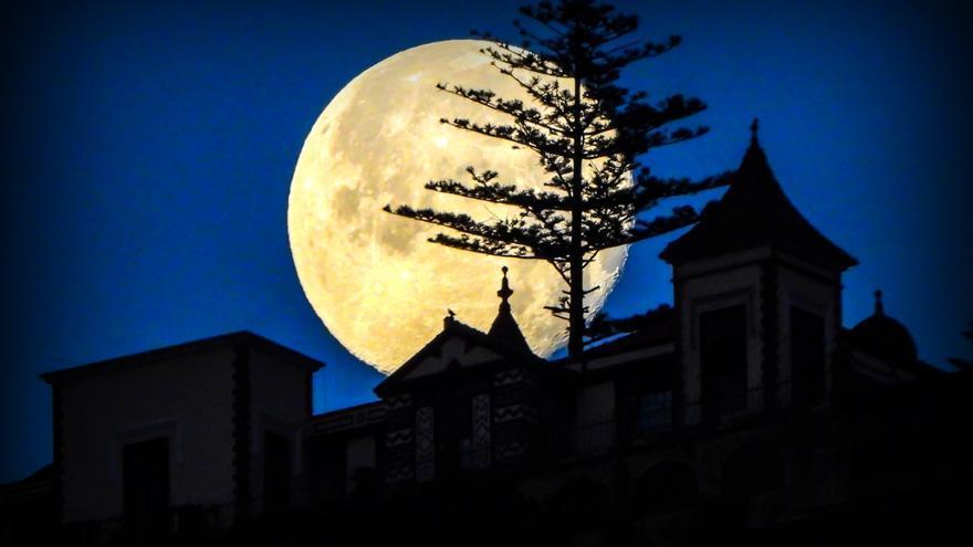 'Superluna'  de marzo, este miércoles, sobre la Casa Yanes de Breña Alta.