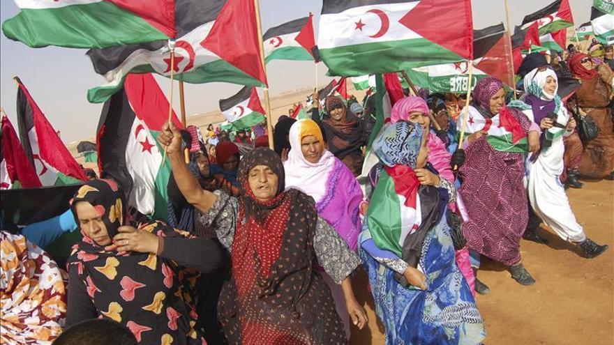 Mujeres saharauis ante la base de ACNUR en Rabuni, capital administrativa de los campamentos de refugiados saharauis en el desierto argelino./ Efe.