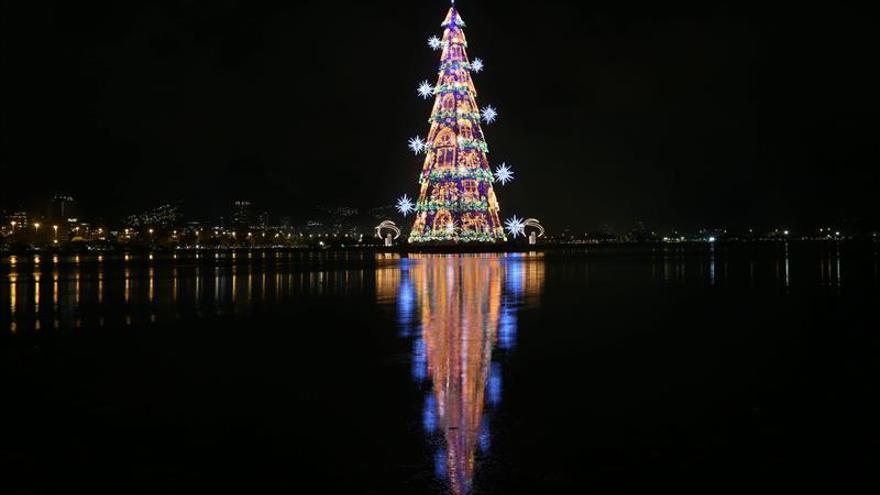 El antiguo árbol de Navidad flotante más alto del mundo vuelve a iluminar Río
